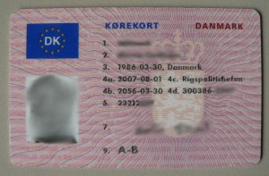 1280px-DK_Licens_j12a